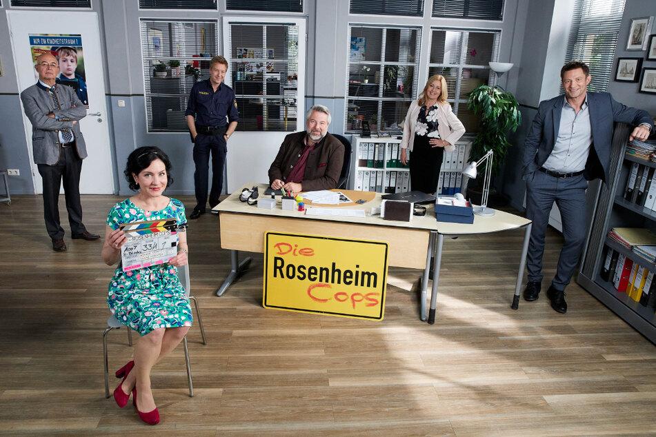 "Gert Achtziger (Alexander Duda, v.l.n.r.), Miriam Stockl (Marisa Burger), Michi Mohr (Max Müller), Anton Stadler (Dieter Fischer), Marie Hofer (Karin Thaler), Sven Hansen (Igor Jeftic) am Set der ""Rosenheim-Cops""."