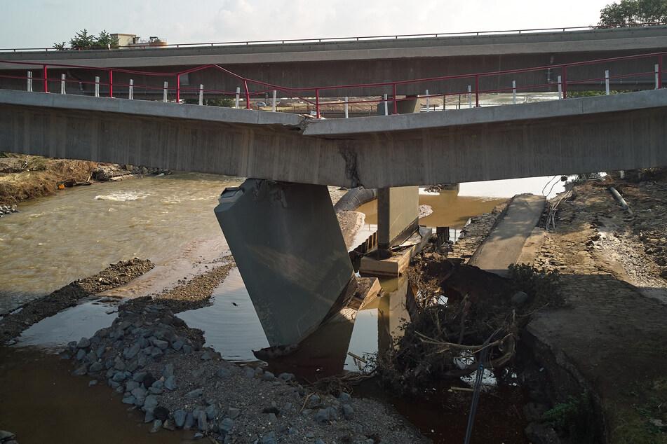 Die Ahrtalbrücke der Bundestrasse 9 bei Sinzig ist in Folge des Hochwassers der Ahr teilweise eingestürzt.