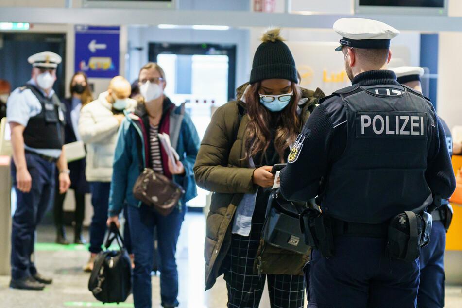 Passagiere werden bei ihrer Einreise nach Deutschland kontrolliert.