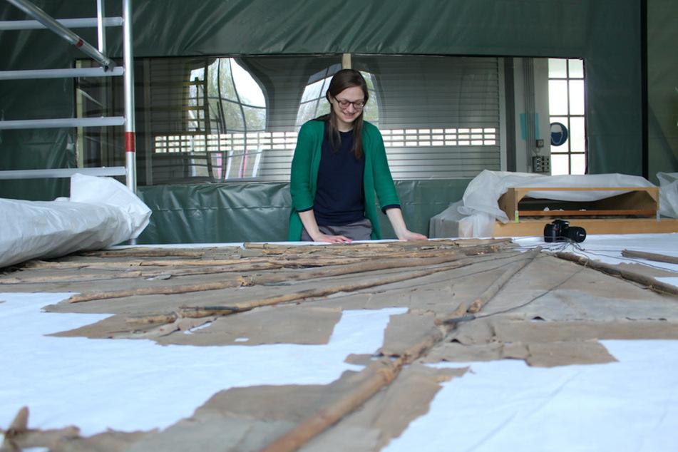 Restauratorin Charlotte Holzer restauriert den Segelapparat von Otto Lilienthal, das Original aus der Werkstatt des Flugpioniers.