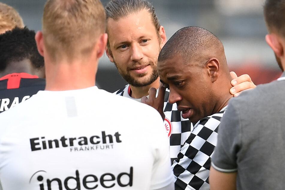 Marco Russ (m.) und Gelson Fernandes (r.) verabschieden sich nach dem letzten Saison-Spiel gegen Paderborn von Mitspielern, Trainern und Betreuern.
