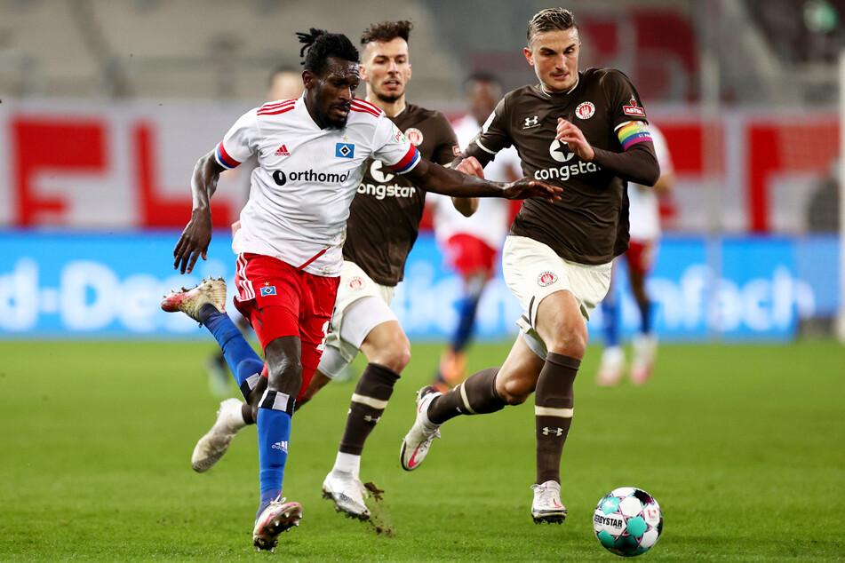 Philipp Ziereis (rechts) ist vom Spiel seiner Kollegen beim FC St. Pauli sehr angetan.