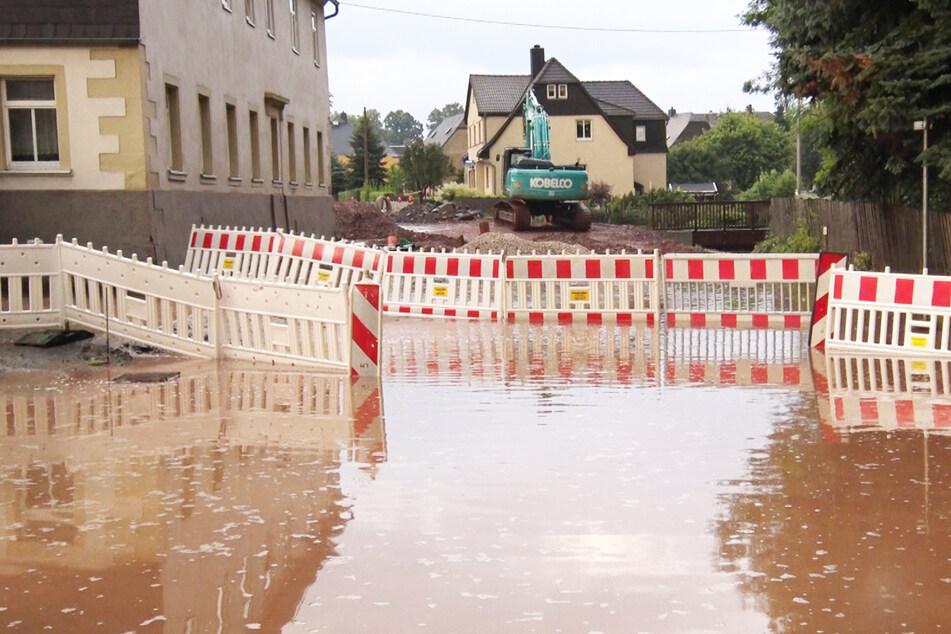 Eine überflutete Straße in Oberlungwitz.