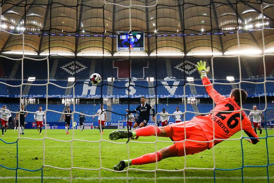 Robert Zulj vom VfL Bochum lässt HSV-Keeper Sven Ulreich mit seinem Elfmeter keine Chance, der Ball schlägt unter der Latte ein.