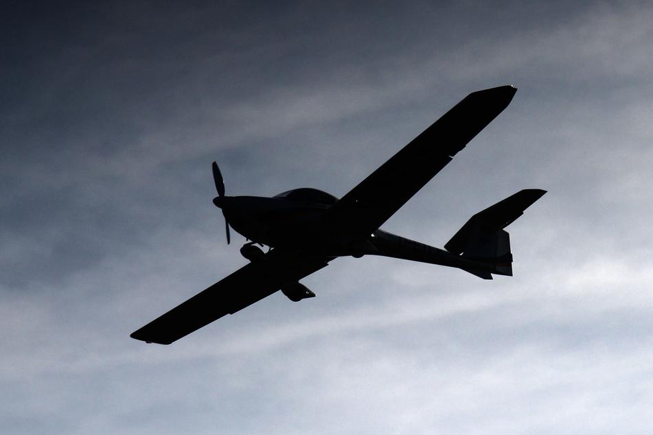 Der Pilot eines Ultraleichtflugzeugs musste am Samstag notgedrungen auf einem Acker landen. (Symbolbild)