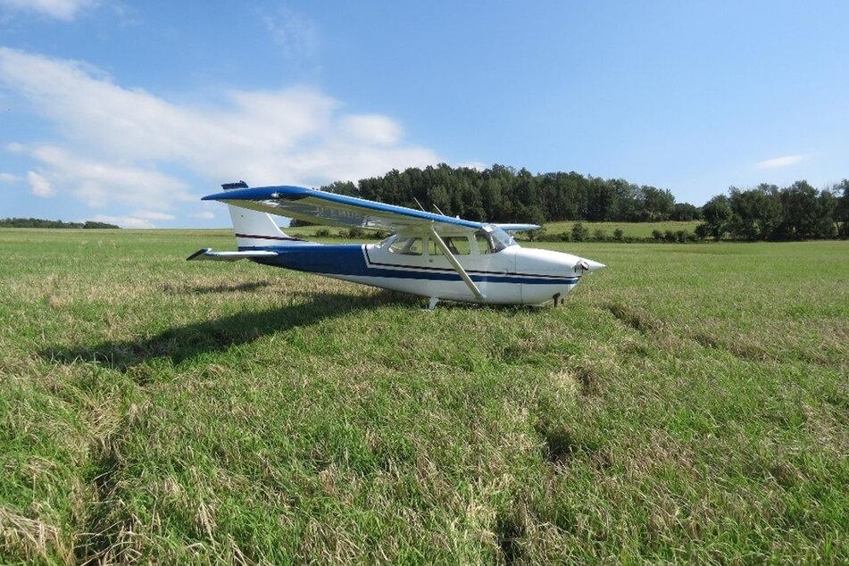 """Nach einem Motorausfall landete ein Pilot (65) diese Cessna """"175 H"""" sicher auf einem Feld bei Kirchberg."""