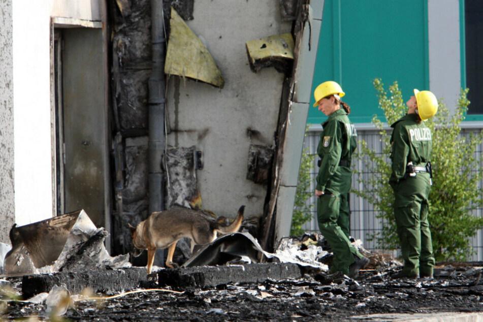 Spürhunde der Berliner Polizei sind vor der abgebrannten Turnhalle in Nauen im Einsatz. (Archivbild)