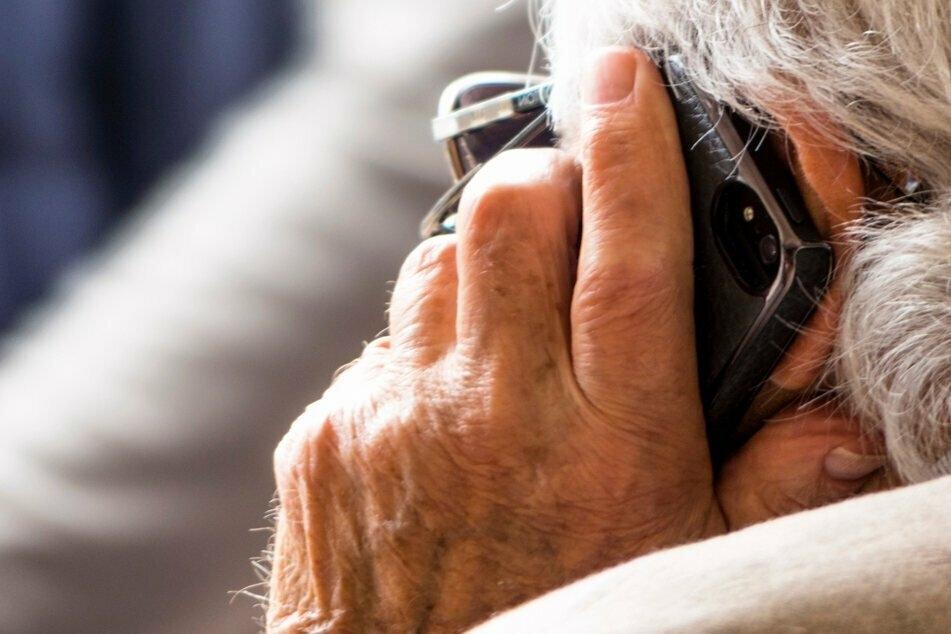 Die Betrüger suchen sich am Telefon vor allem ältere Menschen aus. (Symbolbild)