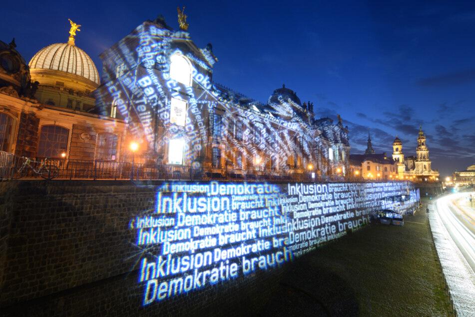 """""""Demokratie braucht Inklusion"""" ist auf der Brühlschen Terrasse in Dresden zu lesen."""