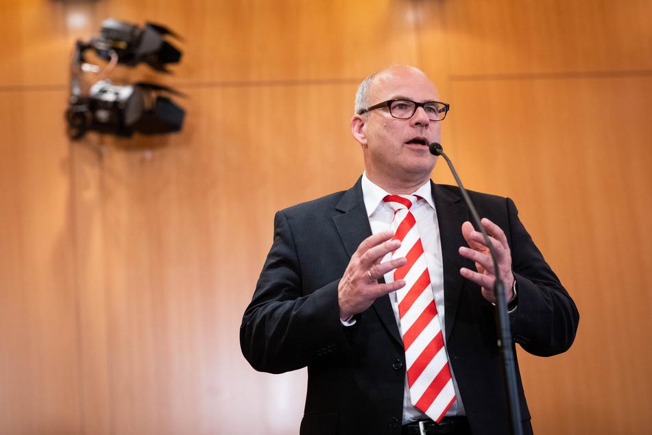 Ties Rabe (SPD), Senator für Schule und Berufsbildung in Hamburg, gibt nach der zweiten Runde der Koalitionsverhandlungen von SPD und Bündnis90/Die Grünen im Rathaus ein Staterment.