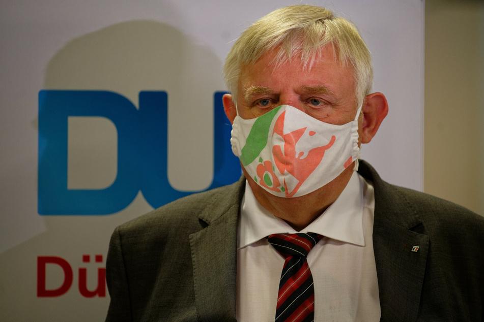 NRW-Gesundheitsminister Karl-Josef Laumann (CDU) steht bei einem Besuch des Corona-Testzentrums im Flughafen Düsseldorf vor der Presse.