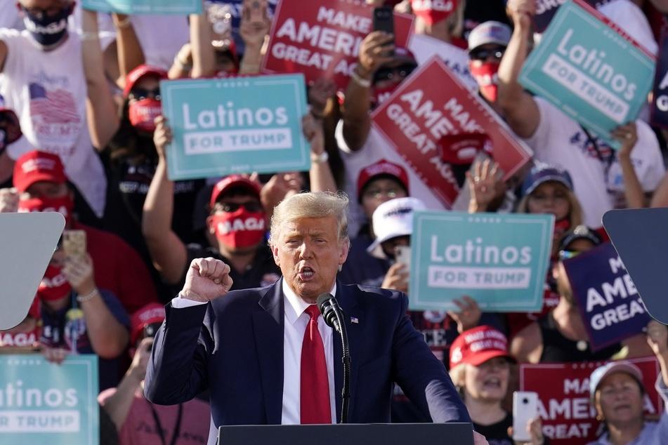 Donald Trump, Präsident der USA, spricht bei einer Wahlkampfveranstaltung am internationalen Flughafen Tucson im Bundesstaat Arizona.
