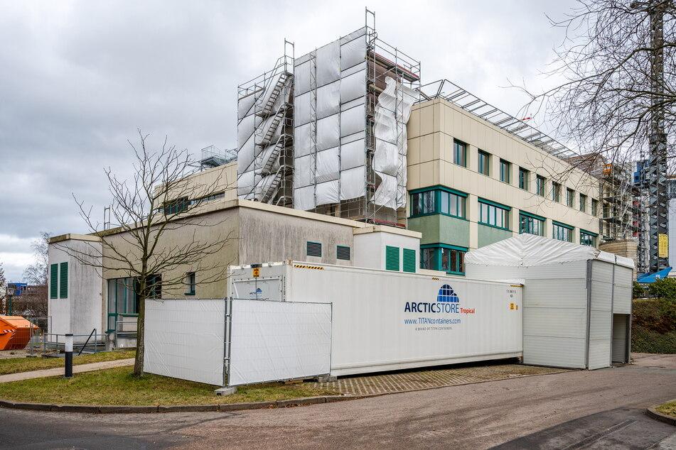 Auf dem Gelände des Klinikums Chemnitz befindet sich seit Kurzem ein Kühlcontainer für die Zwischenlagerung von Verstorbenen.