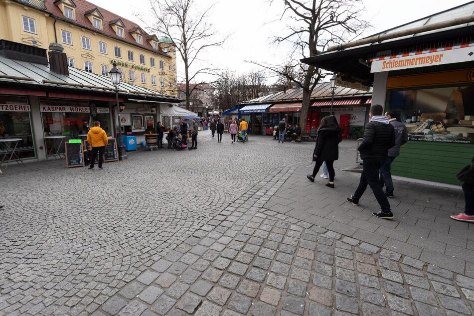 Mit Verspätung soll einer der bekanntesten Maibäume auf dem Münchner Viktualienmarkt doch noch aufgestellt werden.