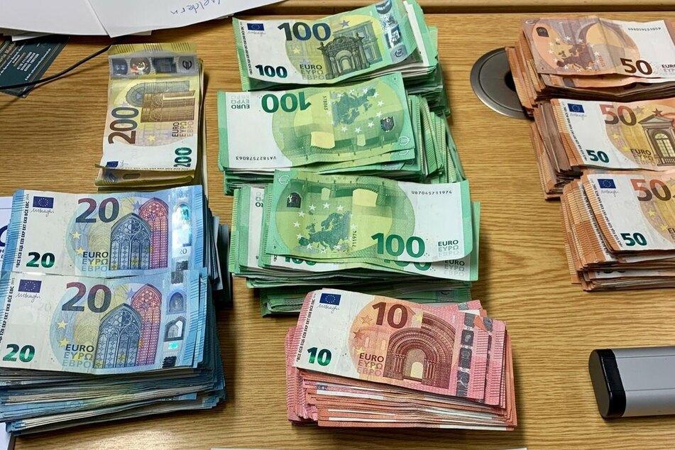Ordentlich Schotter! Insgesamt 83.900 Euro fanden die Beamten im Handschuhfach.