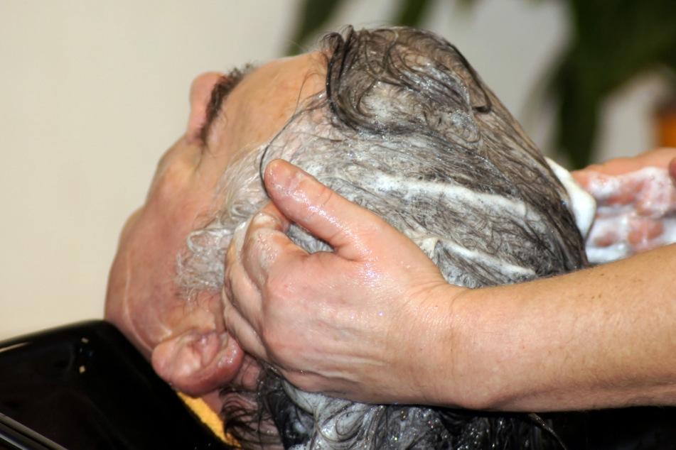 Friseurin wäscht Mann die Haare, dann muss sie ins Krankenhaus