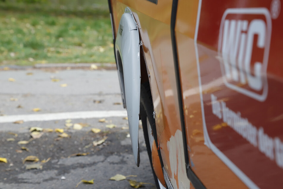 Von blinder Zerstörungswut getrieben, beschädigten die Täter auch eine Radkasten-Abdeckung.