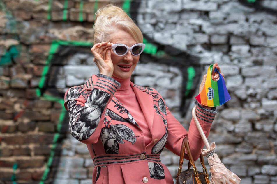 Désirée Nick (64) bei einem Pressetermin im sogenannten Regenbogenkiez in Berlin. Die Entertainerin ist seit fast 35 Jahren mit Designer Wolfgang Joop befreundet.