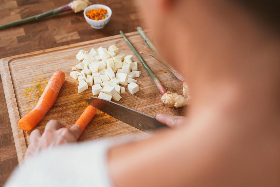 Wer eine Jus selber machen möchte, braucht das Gemüse nur grob zu zerkleinern.