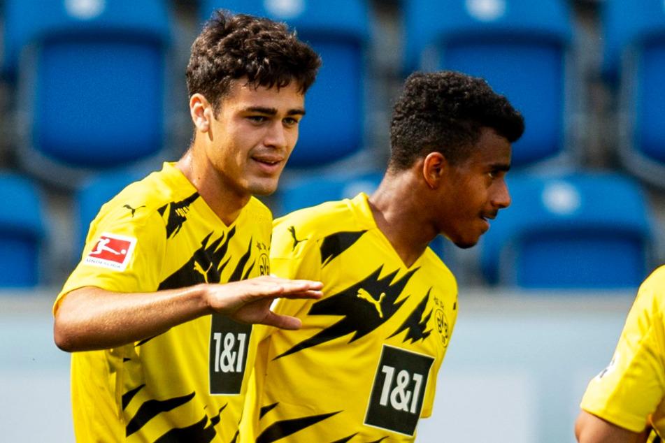 Ansgar Knauff (18, r.) unterschrieb bei Borussia Dortmund einen Profivertrag bis zum 30. Juni 2023.