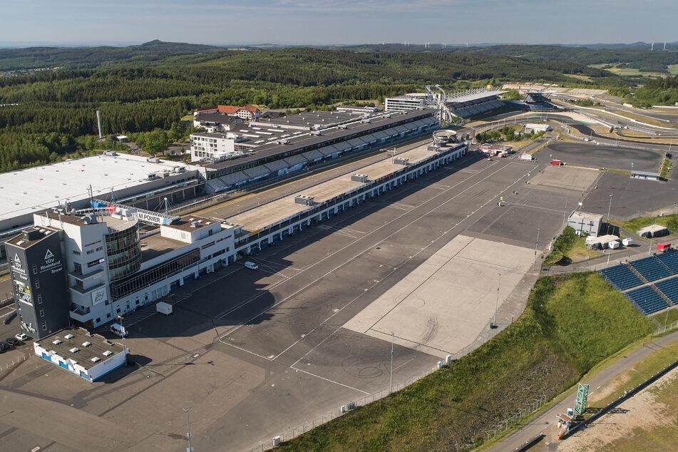 Die Fläche hinter dem Boxengebäude des Nürburgrings ist menschenleer (Luftaufnahme mit einer Drohne).