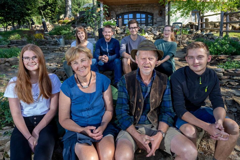 Die Familie Huß hat viele Talente: Rahel (22, v.l.), Mutter Cornelia (59), Vater Jürgen (61), Micha (22), Sarah (29, h.l.), Aaron (33), Johannes (29) und Deboraa (35).
