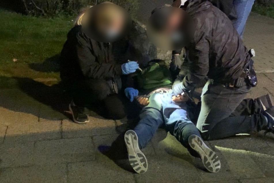 Polizisten nehmen den obdachlosen Mann (38) fest.