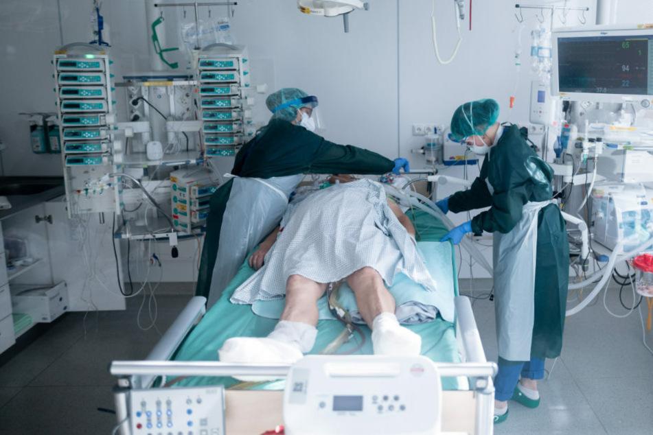 Pflegekräfte in Schutzausrüstung betreut einen Corona-Patienten. Könnte ein Personalengpass die Intensivbetreuung in den Krankenhäusern gefährden? (Symbolfoto)