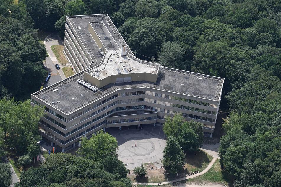 Die Luftaufnahme zeigt das Gebäude der Außenstelle des Bundesamt für Migration und Flüchtlinge (BAMF).