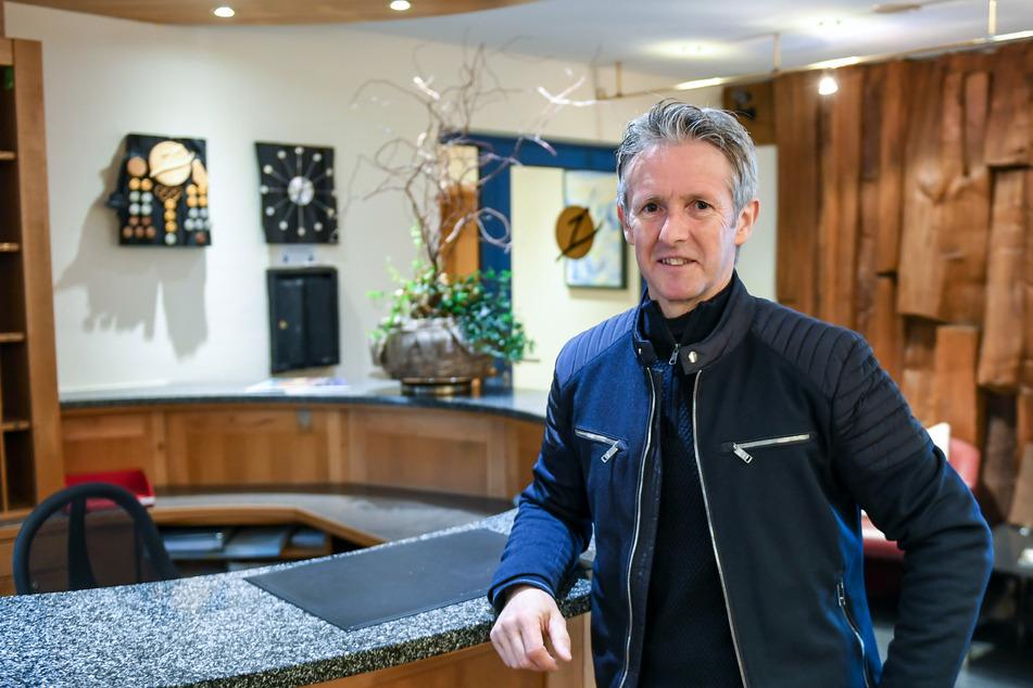 Jens Weißflog, Skisprungweltmeister, Olympiasieger und Hotelier, steht vor dem derzeit unbesetzten Tresen seines Hotels in Oberwiesenthal.