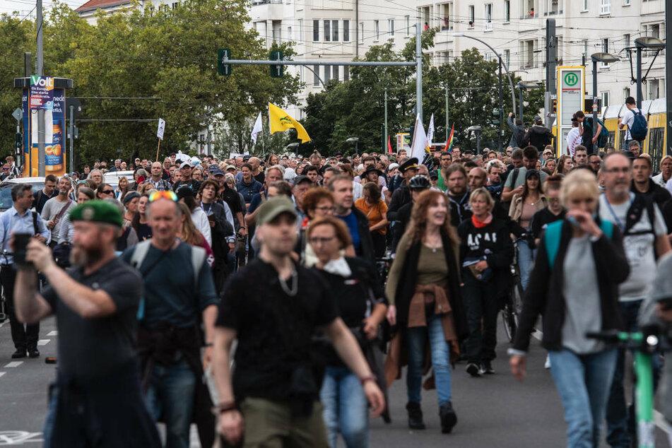 """Zahlreiche Menschen nehmen Ende August in Berlin an einer verbotenen Demonstration gegen die Corona-Politik teil. Am Samstag haben """"Querdenker"""" bei einer unangemeldeten Demonstration den Verkehr auf einer Straße in Berlin-Wedding blockiert. (Archivfoto)"""