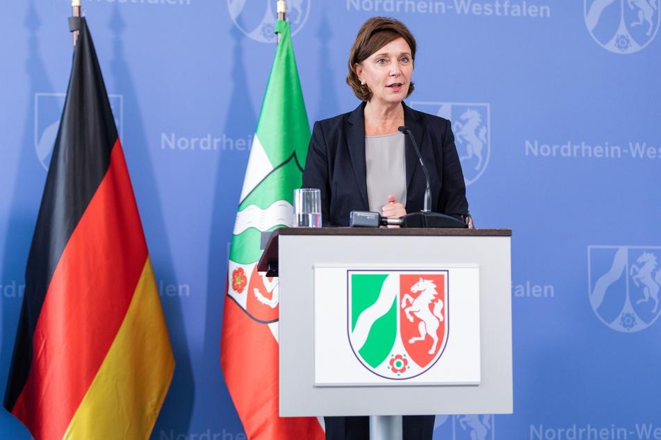 NRW-Schulministerin Yvonne Gebauer (54) bei einer Pressekonferenz.