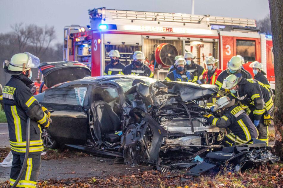 Düsseldorfer und Beifahrer nach Unfall in Auto eingeklemmt und schwer verletzt