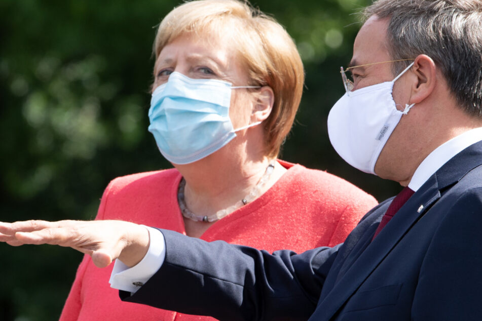 Armin Laschet (CDU, rechts), Ministerpräsident von NRW mit Kanzlerin Angela Merkel.