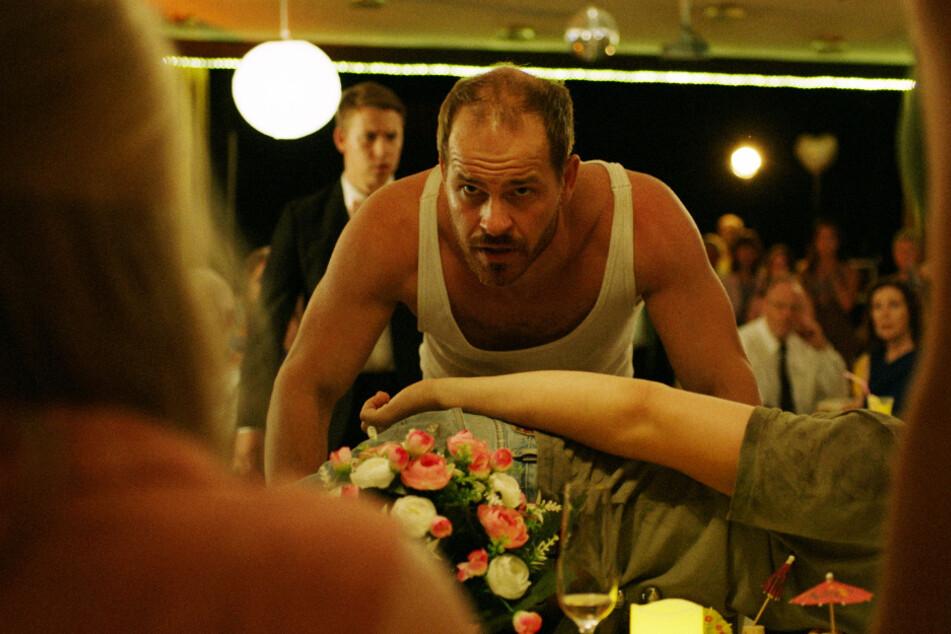 Warum hat René Schmidt (Marc Ben Puch) Silke von der Brücke geschubst?