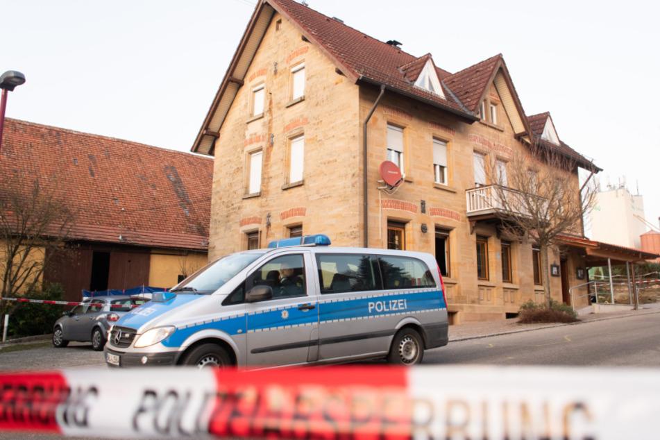 24. Januar: Ein Polizeiauto steht vor dem Haus in Rot am See, wo mehrere Menschen getötet wurden.