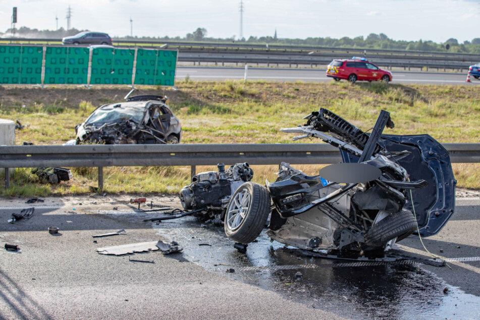 BMW zerfetzt an der Leitplanke: Fahrer stirbt