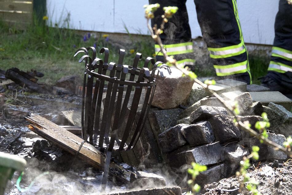 In dieser Feuerschale hatte der Gartenbesitzer ein Lagerfeuer gemacht. Da er das Feuer offenbar nicht ordnungsgemäß löschte, brannte es weiter und griff auf die nahestehende Laube über.