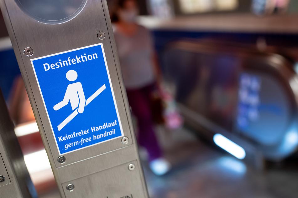 An insgesamt 209 Bahnhöfen in NRW will die Deutsche Bahn häufig genutzte Kontaktflächen mit einem speziellen Anti-Corona-Lack beschichten (Symbolbild).