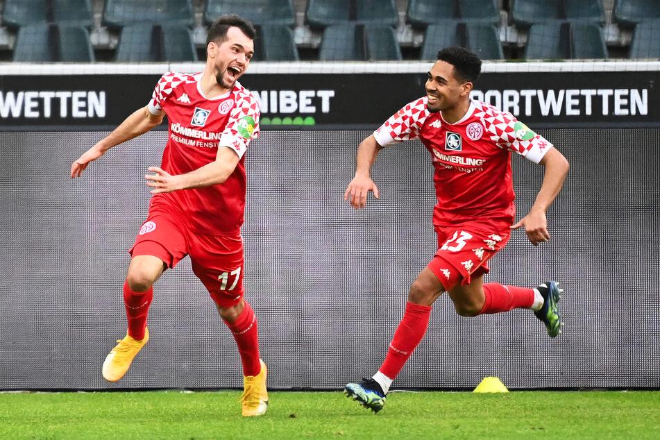 Großer Jubel bei Siegtorschütze Kevin Stöger (27, l.) und Philipp Mwene (27): Der 1. FSV Mainz 05 gewann überraschend mit 2:1 bei Borussia Mönchengladbach.