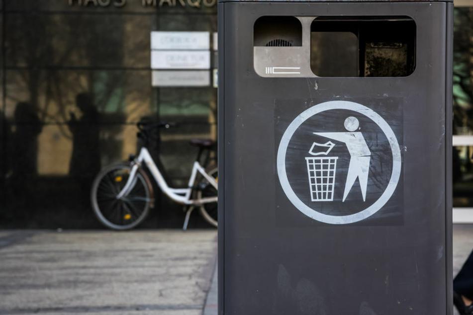 Eine Rentnerin legte Wertgegenstände in eine Mülltonne, doch die Betrüger konnten nicht zuschlagen. (Symbolbild)