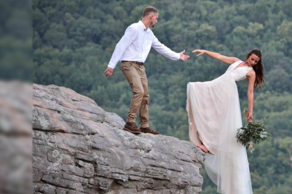 Braut stürzt auf Hochzeitsfoto fast von einer Klippe, doch es ist anders als es aussieht