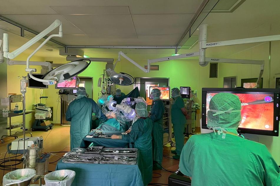 """Lungen-OP im Klinikum: Roboter """"Versius"""" erledigt die Arbeit im Körper, überwacht von Ärzten und Pflegern."""