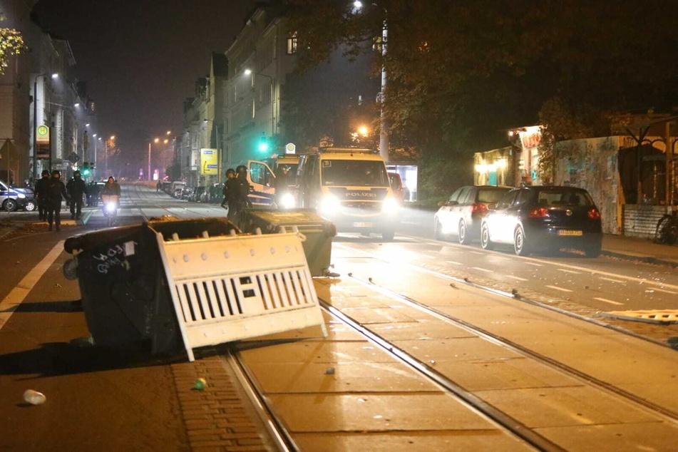 Dabei sollen die Demonstranten Steine auf Polizisten geworfen und Straßenbarrikaden errichtet haben.