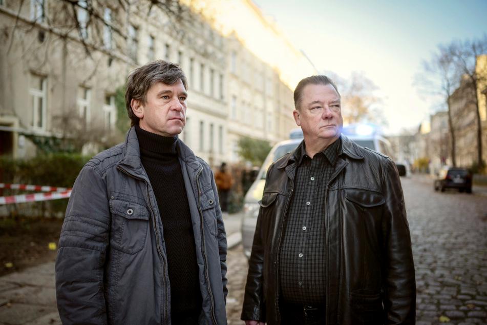 """Peter Schneider (46, li.) und Peter Kurth (64) spielen die neuen Kommissare des Polizeirufs aus Halle. """"An der Saale hellem Strande"""" wird am 30. Mai im Ersten ausgestrahlt."""