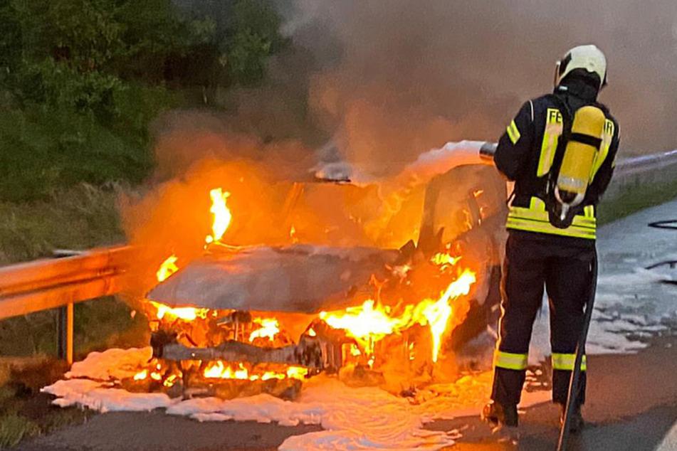 Unfall A20: Fahrzeug steht auf Autobahn in Flammen, doch vom Fahrer fehlt jede Spur