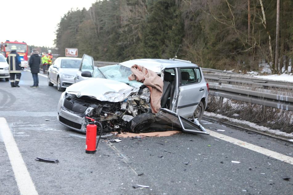 Schwerer Unfall mit Geisterfahrer: Skoda kracht auf A6 frontal in Sprinter
