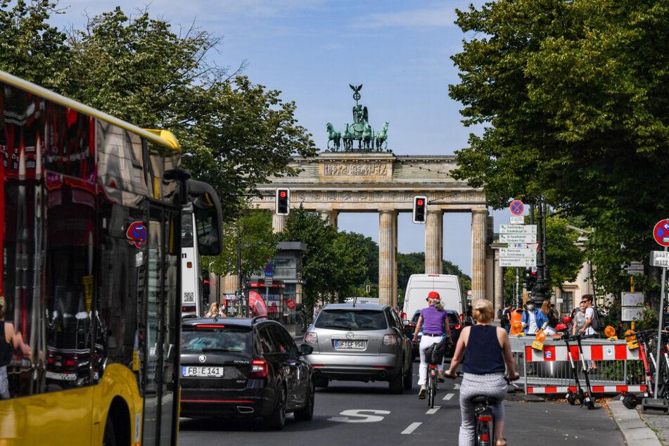 Reger Verkehr vor dem Brandenburger Tor. Der berühmte Boulevard Unter den Linden wird nächstes Jahr umgestaltet.