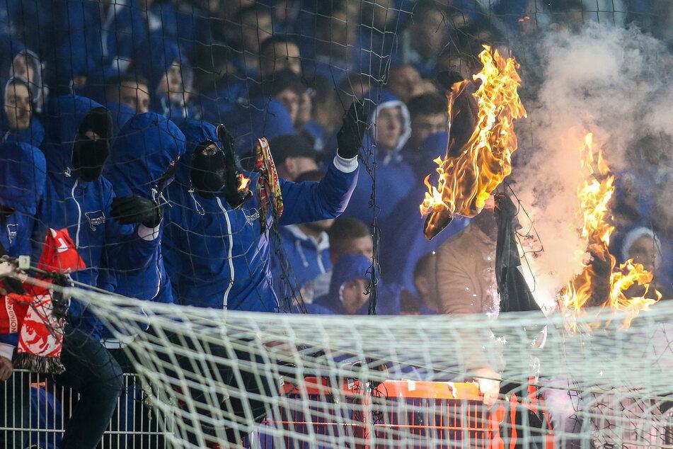 Hertha-Anhänger zündeten in der Hinrunde immer wieder Leuchtraketen und feuerten sie auch in Richtung Rasen und Zuschauerränge ab.