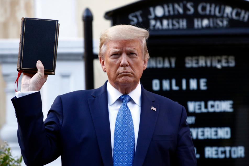 Donald Trump (74) hält eine Bibel, während er die St. John's Episcopal Church in Washington besucht.